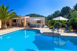 Beautiful traditional Ibiza style house, located in the exclusive area of Porroig, just 2 km from the beach of Es Torrent, and a 5-10 minute drive to the famous beach of Cala Jondal.The house offers 200 sq m of living space, overlooking a 2000 sq m p, Porroig