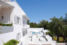 Magnificent villa ideally situated in San Rafael area, just 5 minutes drive from the city of Ibiza.Located in a quiet residential area with an easy access from the main road, the house offers 400 m2 of living space on a fully fenced plot of 2,000 m2., San Rafael