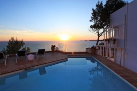 The villa in Sant Josep de Sa Talaia / San Jose has 5 bedrooms and sleeps 10.350 m accommodation flirty, with sea views.It is 18 km from the airport &quot;ibiza&quot;, 3 km from the sandy beach &quot;Cala Moli&quot;, 4 km from the sandy beach &quot;Cala Vadella&quot;, 3 km , Sant Josep de sa Talaia