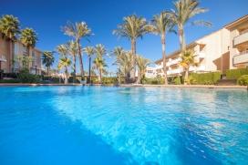 Groot en klassiek appartement met gemeenschappelijk zwembad in Javea, aan de Costa Blanca, Spanje voor 6 personen. Het appartement ligt in een residentiële omgeving, dichtbij restaurants en bars, winkels en supermarkten en op 500 m van het strand. Het appartement heeft 3 slaapkamers en 3 badkamers, verdeeld over 2 woonlagen. De accommodatie biedt privacy, een mooie privé tuin met gazon, gravel en bomen, een gemeenschappelijke tuin met gazon, gravel en bomen en mooi uitzicht op het dal, de bergen, het zwembad, de tuin en andere gebouwen. Het comfort en de nabijheid van het strand, gelegenheden om te winkelen, mogelijkheden om te sporten en uitgaansgelegenheden maken dit een geschikt appartement om uw vakantie te vieren met familie of vrienden.Interieur van het appartement, Javea