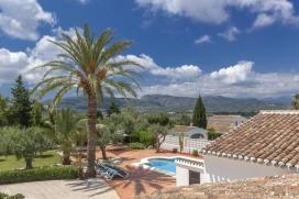 Prachtig en romantisch vakantiehuis met privé zwembad in Javea, aan de Costa Blanca, Spanje voor 8 personen. Het vakantiehuis ligt in een landelijke, bosrijke, residentiële en bergachtige omgeving en dichtbij restaurants en bars. Het vakantiehuis heeft 4 slaapkamers en 3 badkamers, verdeeld over 2 woonlagen. De accommodatie biedt veel privacy, een prachtige tuin met gazon en bomen, een prachtig zwembad en prachtig uitzicht op het dal en de bergen. Het comfort en de nabijheid van het strand, gelegenheden om te winkelen en uitgaansgelegenheden maken dit een ideaal vakantiehuis om uw vakantie te vieren met familie of vrienden.Interieur van het vakantiehuis, Javea