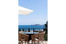 """Geweldige villa met zeezicht, WIFI en op loopafstand van de haven. Voor maximal 8 personen.Traditionele """"hippie-chic"""" Mediterranische villa, gelegen in de haven op één van Javea's beste locaties met schitterend uitzicht vanaf het overdekte terras en zwembad. Eenmaal in Mezquida heeft u geen auto nodig daar het zeer dichtbij de haven gelegen is. Tapas bars en restaurants zijn op loopafstand (5 minuten) en kiezelstrand La Grava slechts op 10 minuten. De villa is verdeeld in 2 zelfstandige appartementen die elk plaats aan 4 personen bieden.Deze traditionele villa heft 2 slaapkamers, badkamer en douche, een open keuken, woon-/eetkamer leidend naar een overdekt terras en zwembad met zonnebedden. Op de tuin verdieping bevindt zich een odern appatment met een slaapkamer, woonkamer met sofa bed, een open keuken en douche. De villa is ideaal voor 2 families of families met jonge volwassenen die willen komen en gaan zonder de anderen in het gezin te storen., Javea"""
