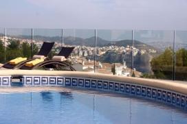 Mooie en gezellige villa met privé zwembad in Moraira, aan de Costa Blanca, Spanje voor 6 personen. De villa ligt in een residentiële omgeving, dichtbij restaurants en bars, winkels en supermarkten en op 1 km van het strand van Cala Morai, Moraira