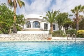 Ferienhaus in Javea, an der Costa Blanca, Spanien mit privatem Pool für 4 Personen. Das Ferienhaus liegt in einer residentiellen Umgebung. Das Ferienhaus hat 2 Schlafzimmer und 1 Badezimmer. Die Unterkunft bietet einen Garten mit Kies und Bäumen und einen schönen Blick auf das Meer.Interieur des Ferienhauses, Javea