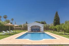 """Charaktervolle Finca in Javea für 8 Personen mit privatem Pool, Klimaanlage und WLANGroßzügig, elegant und romantisch, die Villa El Descanso wird ihrem Namen gerecht. Mit der Bedeutung """"ein ruhiger Platz"""", bietet sie all dieses, .... eine entspannende und ruhige Umgebung mit viel Privatsphäre. Für diejenigen, die dieses Ambiente suchen ist El Descanso die richtige Wahl! Gelegen im Herzen des Naturparks des Montgó, hat die Villa rund um den Pool einen sehr schön angelegten Garten mit Rasen und Obstbäumen.Alles auf einer Ebene verteilt, El Descanso bietet 4 Schlafzimmer und 3 Badezimmer (sowie einen Außenduschraum beim Pool). Zwei Schlafzimmer haben ihr eigenes Bad, während die 2 anderen Doppelzimmer ein Gäste Badezimmer teilen.Zur Entspannung verfügt die Villa über viele Bereiche für 8 Personen in verschiedenen Innen- und Außenräumen. Das Wohnzimmer verfügt über einen Flachbild-Smart-TV mit Netflix und Internet-Zugang, und führt nach außen zu einer wunderschön überdachten Terrasse, die sowohl Sitz- und Essbereich anbietet.Die schön und voll ausgestattete Landküche ist direkt mit dem Lounge Bereich verbunden, der Zugang zu einer offenen Terrasse im Freien bietet wo Speisen und Drinks al fresco genossen werden können.Im Pool Haus gibt es einen schönen Chill-Out-Bereich, der einen herrlichen Blick auf den Pool und Garten bietet.Mit weniger als 10 Minuten Autofahrt in die historische Stadt Javea, mit ihren Tapas-Bars, verschiedenen Restaurants, dem Markt und allen Dienstleistungen, sowie 10-15 Minuten Autofahrt zum Sandstrand, ist El Descanso eine hervorragende Familien-Villa, zu der Sie bestimmt zurückkehren wollen., Javea"""