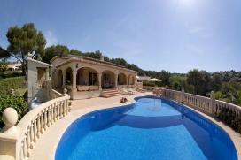 """Luxuriöse Ferienvilla mit 3 Schlafzimmern und Privatpool. In Javea an der Costa Blanca.""""Villa Emilia"""" ist eine Villa im mediterranem Stil , nur 5km vom Sandstrand entfernt, ist die Lage dennoch sehr ruig. El Tosalet ist eine sehr schöne und grüne Gegend.Die auf einer Ebene gebaute Villa ist sehr charmant eingerichtet, mit grosszügigen Zimmern und mehreren Relaxzonen im Aussenberreich. Besonderes Highligt ist die überdachte Terrasse mit Grillplatz wo man auf einem der Sofas ein gutes Glass Wein geniessen kann., Javea"""