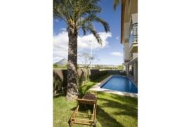 Luxusapartment mit zwei Schlafzimmern in einer Wohnanlage mit nur 5 Wohneinheiten, nur 5 Gehminuten vom Sandstrand entfernt.Dieses Apartment besteht aus einem grossen Wohn- Esszimmer mit Balkon, sehr gut ausgestattete amerikanische Küch, 2 Doppelzimmer, Badezimmer en-suit und ein Duschbad.Im Aussenbereich befindet sich der Gemeinschaftsgarten mit Pool (4x14m), perfekt um Sonne zu tanken, der Gemeinschaftspool ist nachts beleuchtet und verfügt über ein Kinderbecken. Auf der Terrasse befinden sich gemütliche Sofas und der Garten ist wunderschön bewachsen, der perfekte Ort um sich zu entspannen.Die Wohnanlage befindet sich nur 5 Gehminuten vom Strand Arenal entfernt mit seinen Restaurants, Bars und Geschäften.Nahe am Tennisplatz, Javea
