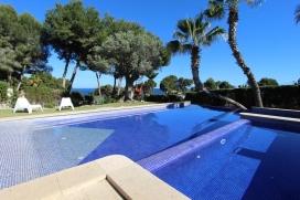Moderne, komfortable Ferienvilla mit Privatpool für maximum6 Personen, nur 500m vom Strand Las Rocas von Moraira und kleinem Geschäftszentrum entfernt. Die Villa steht auf einem grossen Grundstück von 18900m2, eingefasst mit sch&, Moraira