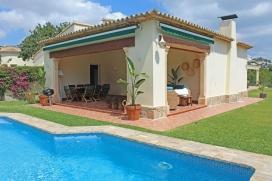 Grosse und komfortable Villa mit privatem Pool in Moraira, an der Costa Blanca, Spanien für 6 Personen. Die Villa liegt in einer residentiellen Umgebung und etwa 2 Km entfernt vom Strand von Playa Ampolla. Die Villa hat 3 Schlafzimmer und 2 Bade, Moraira