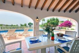 Villa in Moraira, an der Costa Blanca, Spanien mit privatem Pool für 4 Personen. Die Villa liegt in einer residentiellen Umgebung, in der Nähe von Restaurants und Bars, Geschäften und einem Tennisclub mit 5 Tennisplätzen und Minig, Moraira