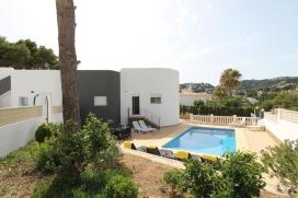 Schöne und komfortable Villa mit privatem Pool in Moraira, an der Costa Blanca, Spanien für 8 Personen. Die Villa liegt in einer residentiellen Küsten-Umgebung, in der Nähe von einer Golfbahn und einer Tennisbahn, etwa 3 Km entfer, Moraira