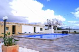 Moderne und schöne Villa mit privatem Pool in Teulada, an der Costa Blanca, Spanien für 14 Personen. Die Villa liegt in einer ländlichen Umgebung. Die Villa hat 7 Schlafzimmer und 4 Badezimmer, verteilt auf 2 Etagen. Die Unterkunft bie, Teulada